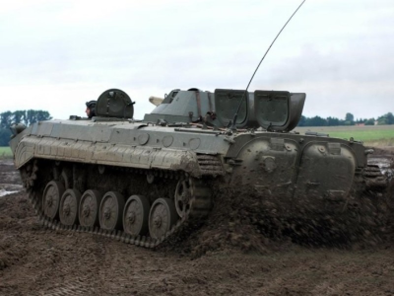 Panzer fahren im Schützenpanzer BMP