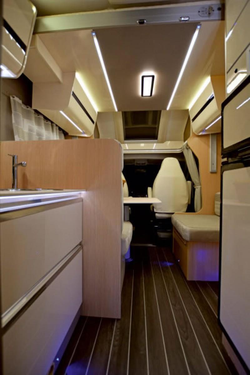 teilintegriertes automatik wohnmobil mit queensbett und. Black Bedroom Furniture Sets. Home Design Ideas
