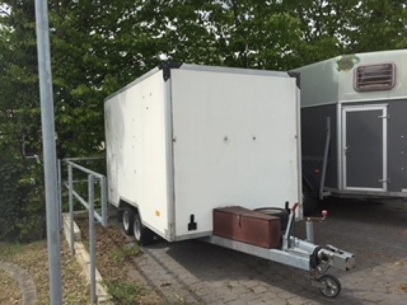 geschlossener kofferanh nger motorradtransporter mit. Black Bedroom Furniture Sets. Home Design Ideas
