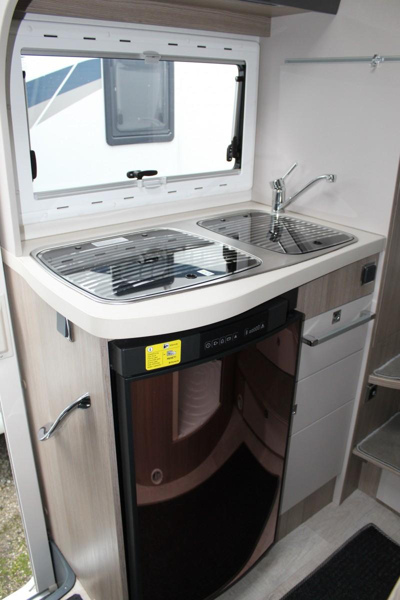 kompaktes luxus wohnmobil f r vier personen unter 6 meter. Black Bedroom Furniture Sets. Home Design Ideas